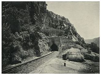 Der NZASM-Tunnel in Waterval Boven.   Urheberschaft:  The National Archives UK [OGL (http://www.nationalarchives.gov.uk/doc/open-government-licence/version/1/)]